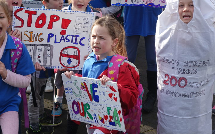 Students from around the Wellington region protested outside Parliament in support of a petition to ban plastic bags. Photo: RNZ / Mei Heron