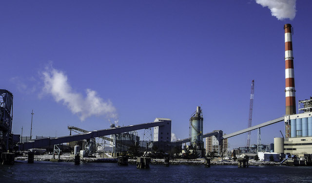 Coal-fired power plant in the Harbor at Bridgeport, Connecticut (USA). (Photo: Iracaz)