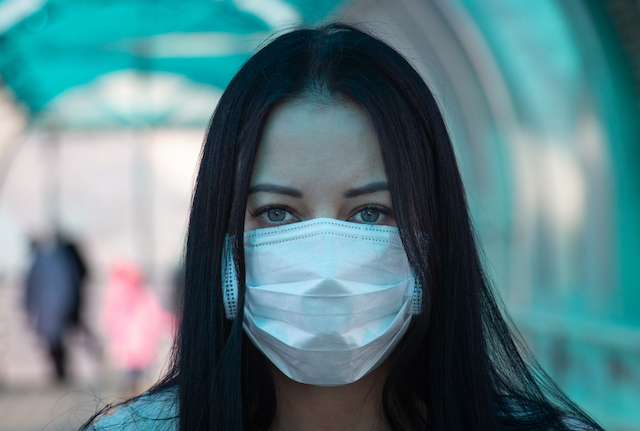 Girl in a medical mask on the street during the coronavirus epidemic in Russia. Photo credit: vperemen.com