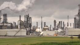 Exxon mobil plant - Chicago. Photo credit: Richard Hurd (Flickr)